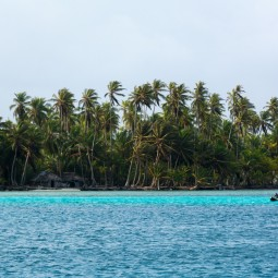 Boat and island in San Blas (Large)